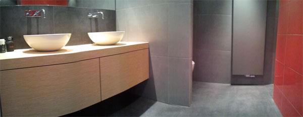 Badkamer in rood Nieuwegein - Wiesenekker Badkamerconcepten
