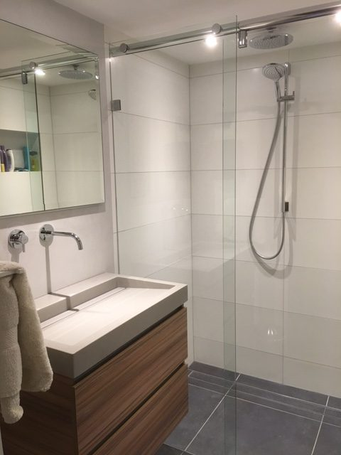 Schuifwand tegel & betoncire badkamer - Wiesenekker Badkamerconcepten