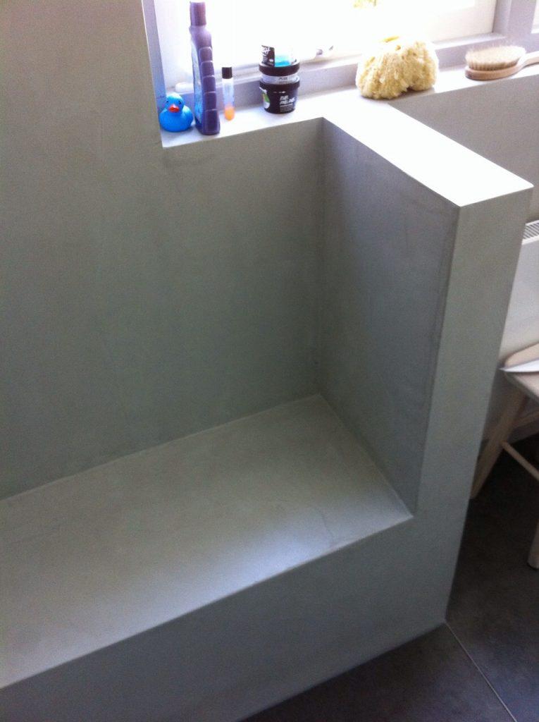 Beton cire badkamer met zitje in douche Leersum - Wiesenekker ...
