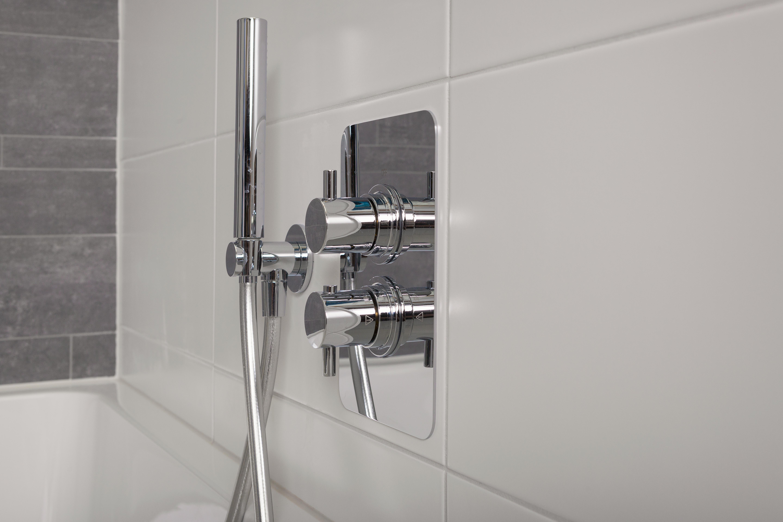Witte Tegels Badkamer : Badkamer met mat witte tegels badkamer met bruine marmerlook