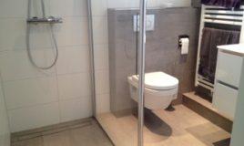 Inloopdouche en toiletafvoer koof badkamer